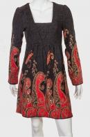 Нарядное приталенное платье с яркими узорами