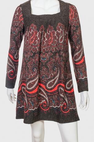 Необычное женское платье с фольклерным орнаментом