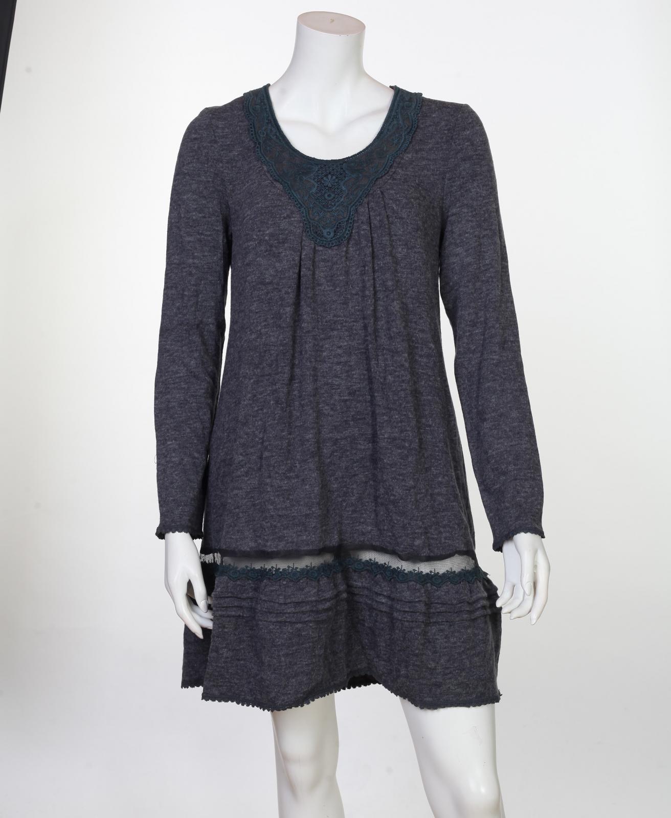 Нежное платье с ажурным декольте