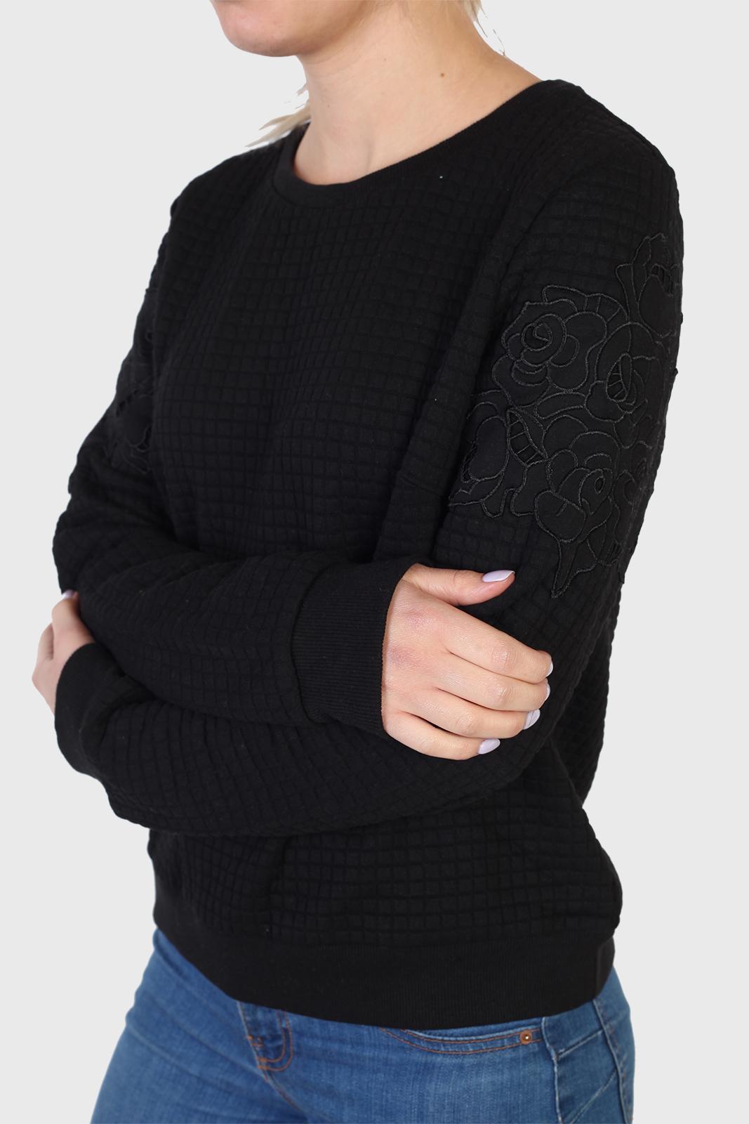 Модный женский свитер черного цвета