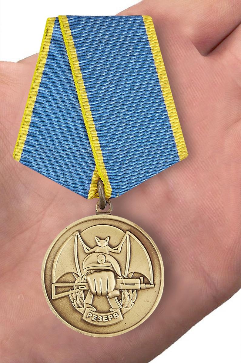 """Общественная медаль Ассоциации Ветеранов Спецназа """"Резерв"""" - вид на ладони"""