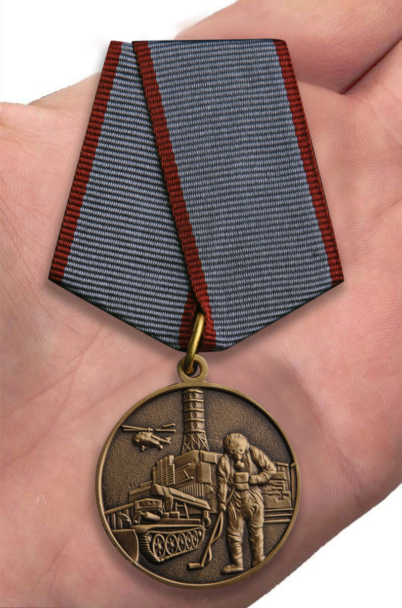 """Общественная медаль """"Ликвидатору ядерных катастроф"""" - вид на ладони"""