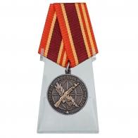 Общественная медаль Ветеран боевых действий на подставке