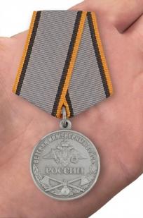Общественная медаль Ветеран Инженерных войск - вид на ладони