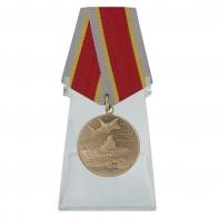 Общественная медаль Защитнику Отечества на подставке