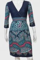 Очаровательное облегающее платье с глубоким декольте