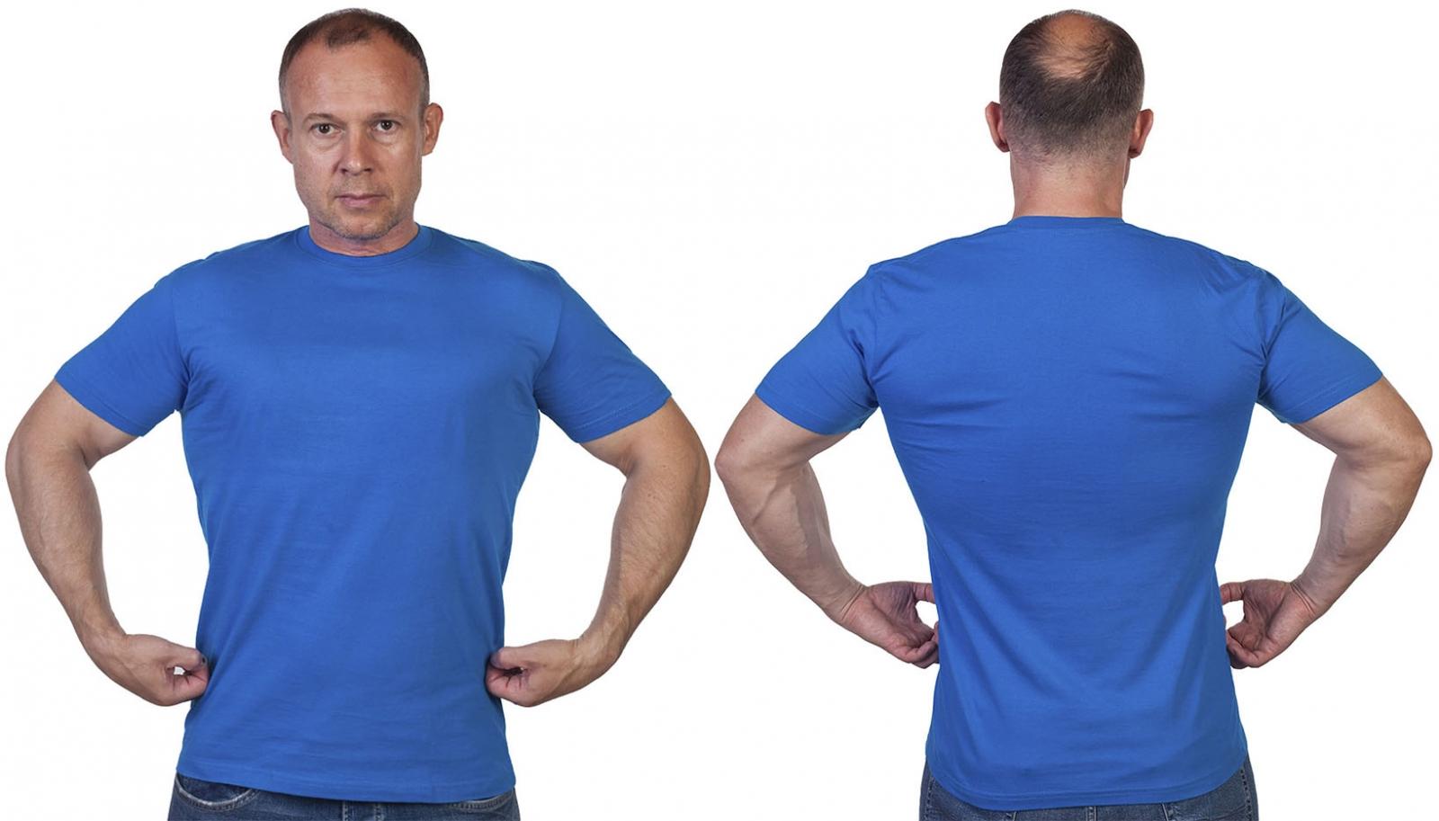 Однотонная футболка василькового цвета с доставкой