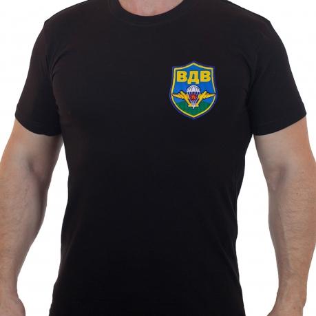 Однотонная мужская футболка с шевроном ВДВ.