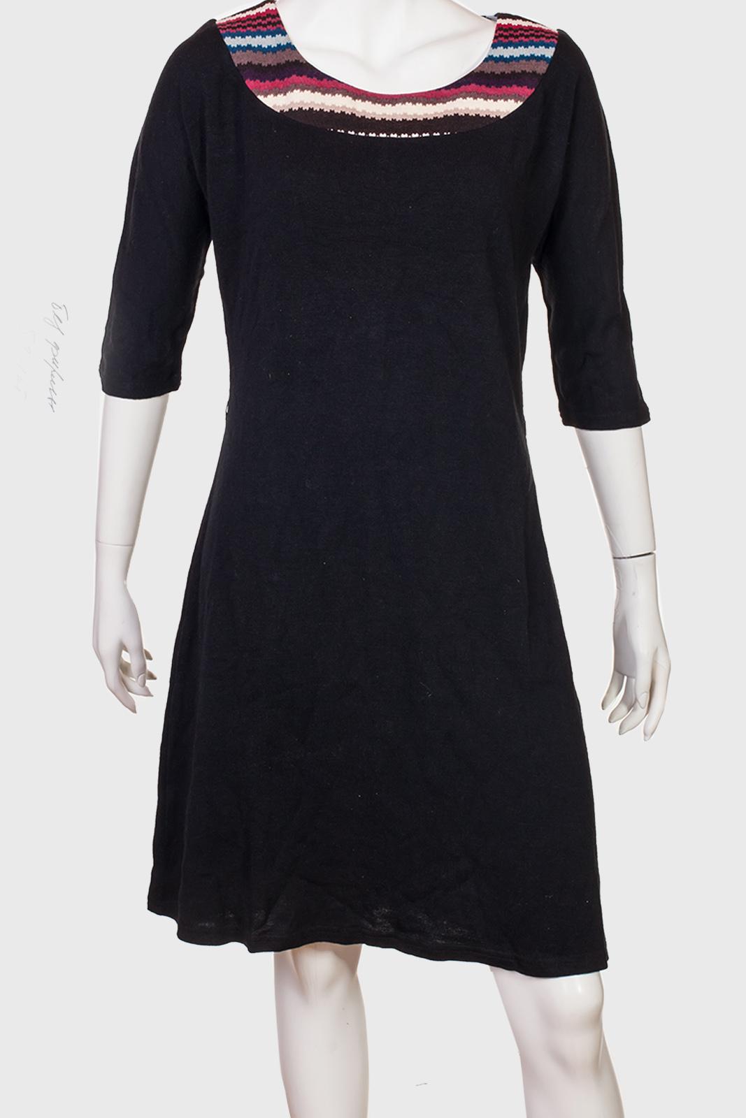 Однотонное очаровательное платье с контрастным воротом