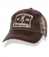 Охотничья бейсболка с лого Browning и камуфляжным затылком.
