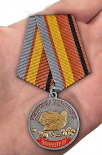 Охотничья медаль Меткий выстрел Перепел - вид на ладони