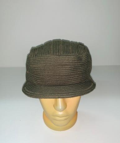 Оливковая шапка с козырьком