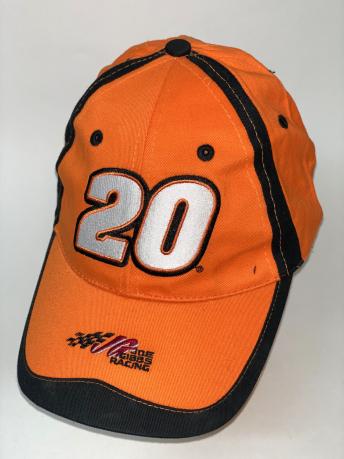 Оранжевая бейсболка с черными вставками и цифрой на тулье