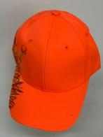 Оранжевая бейсболка с вышитым оленем в траве по краю тульи
