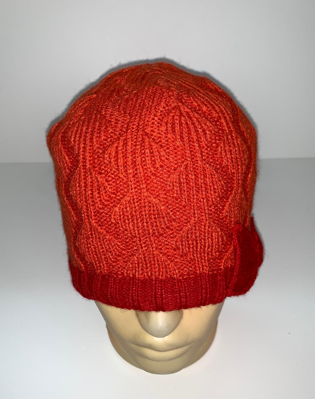 Оранжевая вязаная шапка с бантиком