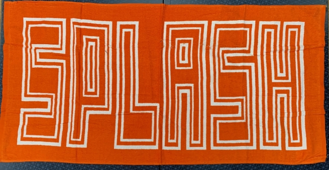 Оранжевое полотенце с крупной белой надписью