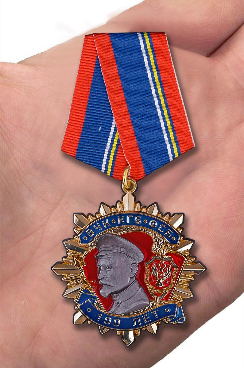 Юбилейный орден 100 лет ВЧК-КГБ-ФСБ Дзержинский в бархатном футляре - Вид на ладони