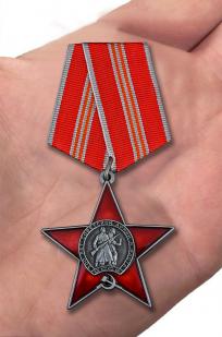 Орден 100 лет Красной армии и флота в бордовом футляре из флока - вид на ладони
