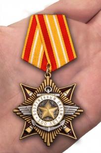 Орден 100-летие Вооруженных сил в красивом футляре из бархатистого флока - вид на ладони