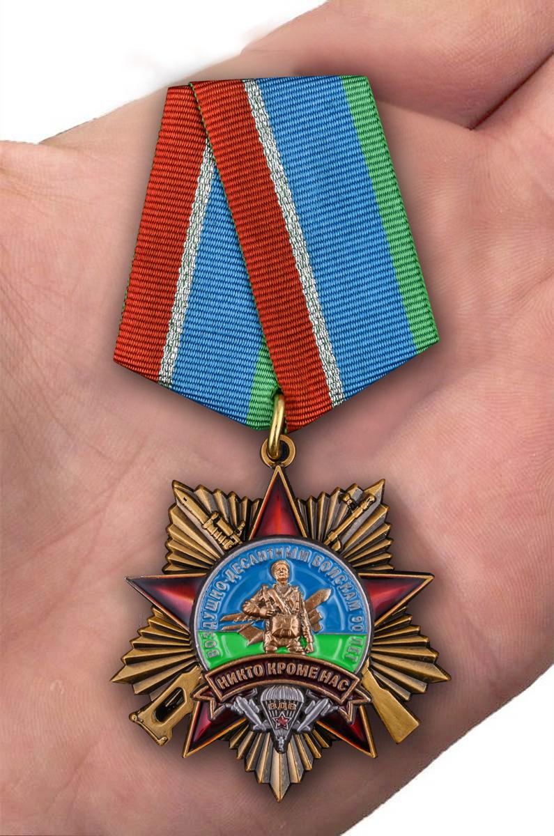 Орден 90 лет Воздушно-десантным войскам на колодке на подставке - вид на ладони
