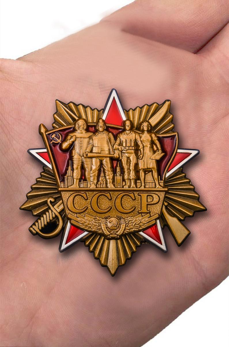 Орден СССР в футляре из флока - вид на ладони