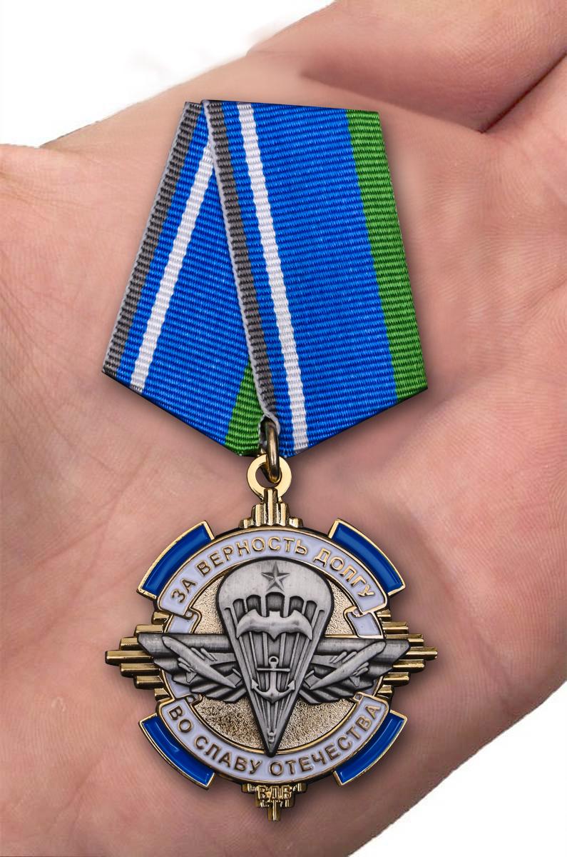 Орден За верность долгу, во славу Отечества на подставке - вид на ладони