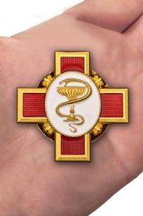 """Орден """"За заслуги в медицине"""" в футляре из бархатистого флока - вид на ладони"""