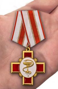 """Орден """"За заслуги в медицине"""" (на колодке) - вид на ладони"""