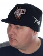 Эпатажная классика от ТМ Miller Way. Однотонная осенне-зимняя мужская шапка с фигурной нашивкой волка и аккуратным козырьком (защита от ветра). Под любой возраст и статус