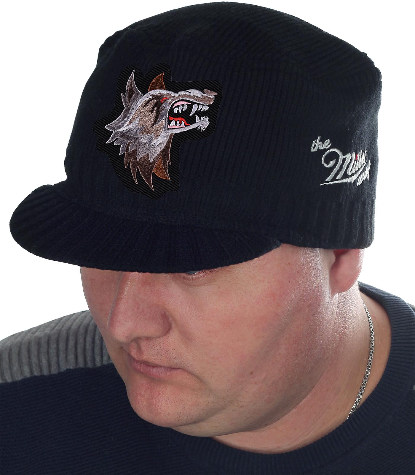 Эпатажная классика от ТМ Miller Way. Однотонная осенне-зимняя мужская шапка с аккуратным козырьком (защита от ветра) и фигурной нашивкой волка. Под любой возраст и статус