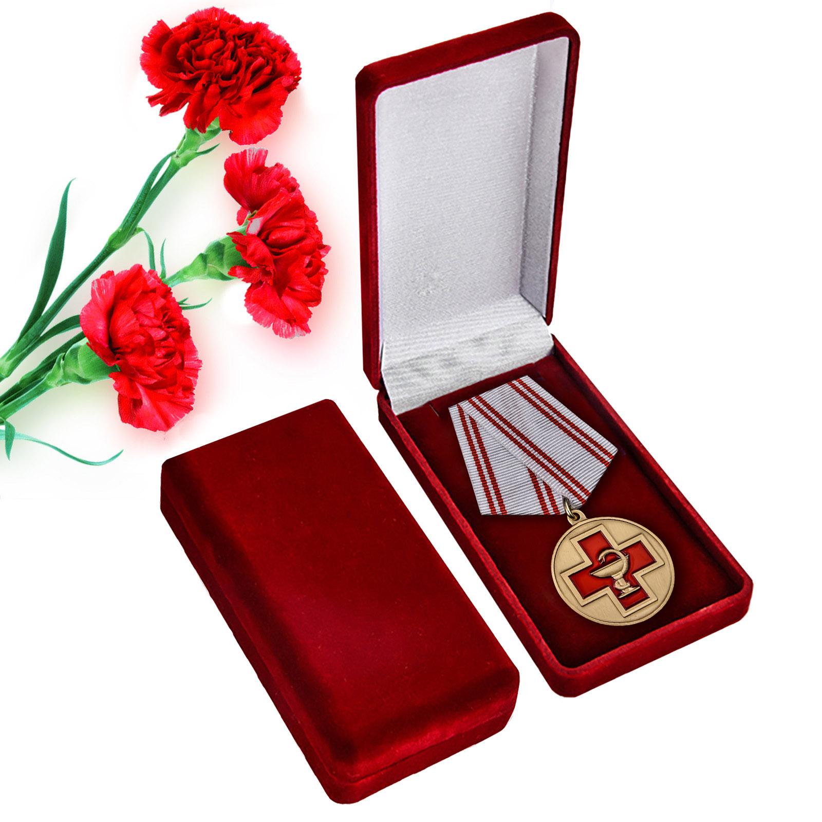 Памятная медаль За заслуги в медицине в красном подарочном футляре