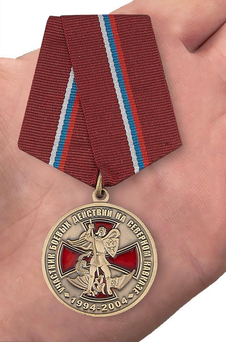 Памятная медаль Участник боевых действий на Северном Кавказе - вид на ладони