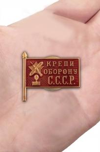 Памятный знак Крепи оборону СССР - вид на ладони