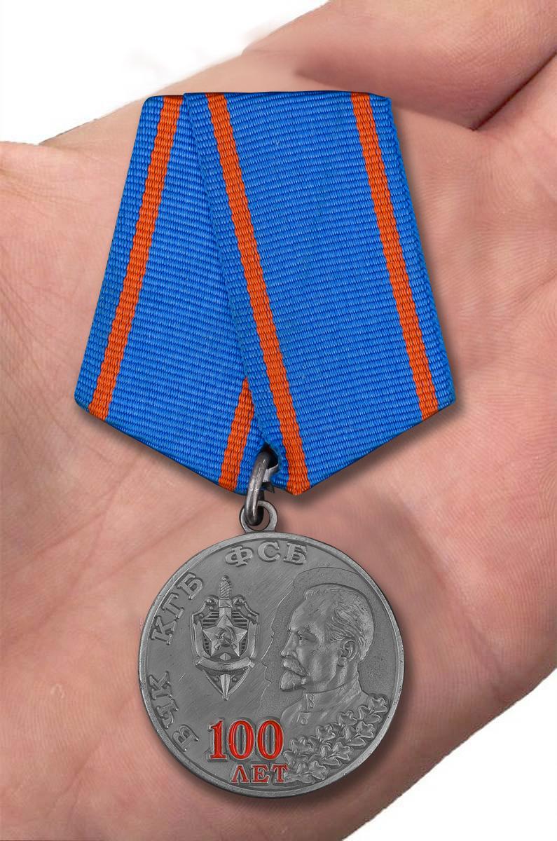 Памятная медаль 100 лет ВЧК КГБ ФСБ - вид на ладони
