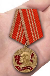 Памятная медаль 150 лет со дня рождения Ленина - вид на ладони