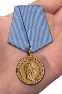 Памятная медаль 4 апреля 1866 года - вид на ладони