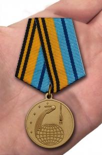Памятная медаль 50 лет Космической эры - вид на ладони