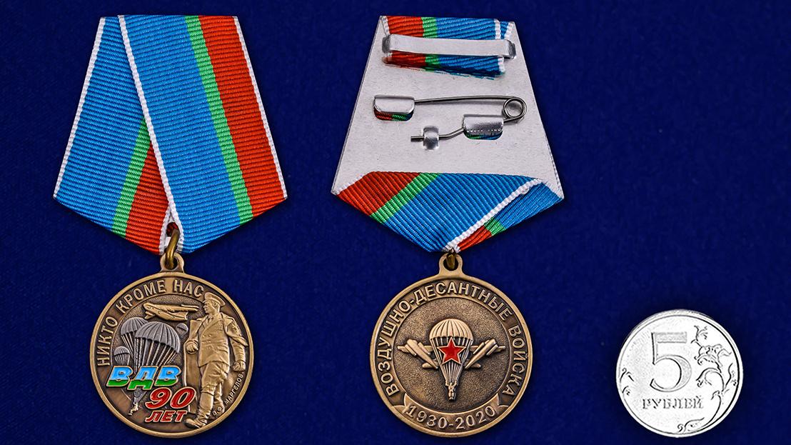 Памятная медаль 90 лет ВДВ на подставке - сравнительный вид
