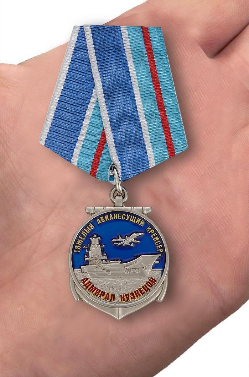 Памятная медаль Адмирал Кузнецов - вид на ладони