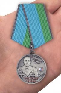 Медаль Анатолий Лебедь в нарядном футляре из бархатистого флока - вид на ладони