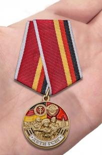 Памятная медаль Дети ГСВГ в футляре с прозрачной крышкой - вид на ладони