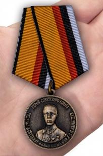 Памятная медаль Герой Советского Союза Генерал-лейтенант инженерных войск Карбышев Д.М. - вид на ладони