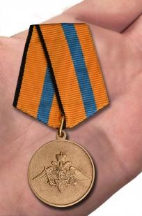 Памятная медаль Участнику борьбы со стихией на Амуре - вид на ладони