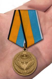 Памятная медаль Участнику миротворческой операции - вид на ладони