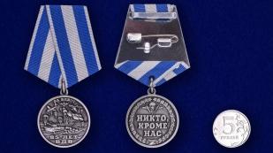Памятная медаль ВДВ – Никто кроме нас на подставке - сравнительный вид
