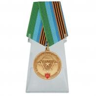 Памятная медаль ВДВ с девизом десанта на подставке