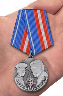 Памятная медаль Ветеран полиции в футляре с удостоверением - вид на ладони