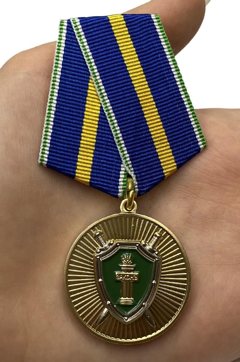 Памятная медаль Ветеран прокуратуры - вид на ладони