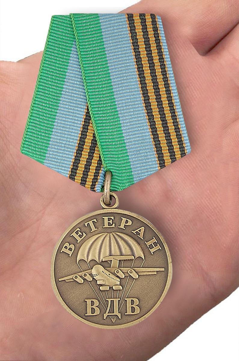 Памятная медаль Ветеран ВДВ в бархатистом футляре из флока - вид на ладони