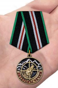 Памятная медаль Ветераны Чечни в футляре - вид на ладони